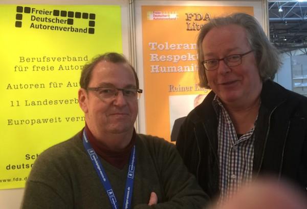 Gedankenaustausch schon beim Aufbau des Messestandes mit Uwe Kullnick, Vorsitzender des Freien Deutschen Autorenverbandes FDA