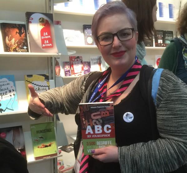 Illustratorin Cassy Krammer ist stolz auf das erste von ihr gestaltete Sachbuch-Cover »ABC der Verlagssprache«
