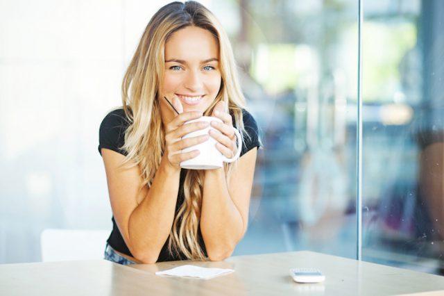 Frau mit Kaffeepott depositfoto