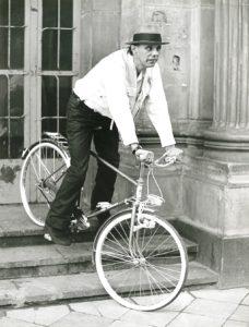 Joseph Beuys mit Fahrrad